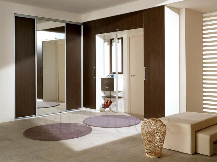 Для декора прихожей сочетайте светлые тона и оттенки с благородными коричневыми и шоколадными.