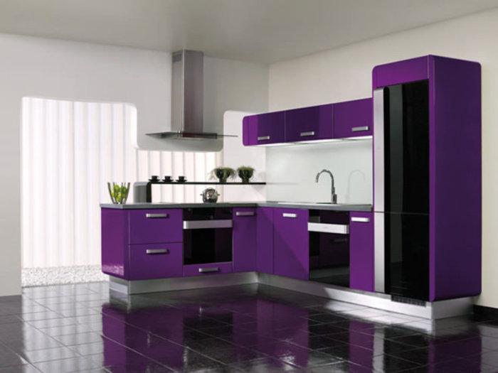 Фиолетовый цвет в качестве основного на кухне. Это – довольно смелое решение. Он оригинален и всегда необычен в интерьере.