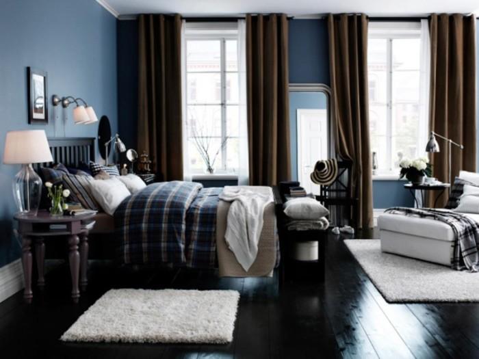 Синий цвет в спальне хорошо сочетается с белым и тёмно-коричневым.
