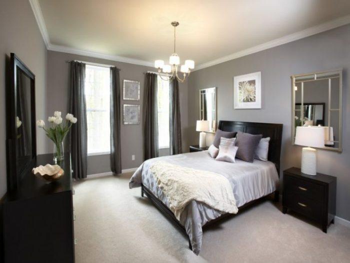 Классическое сочетание светлых и тёмных цветов и оттенков в интерьере спальни.