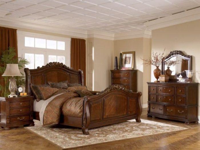 Лакированная мебель для спальни - один из наиболее популярных вариантов. Такой вариант придаст комнате аристократичность и утончённость.