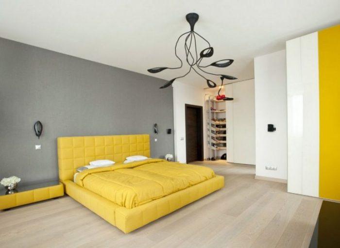 Жёлтый цвет в сочетании с серым наполнит спальню теплом и уютом.