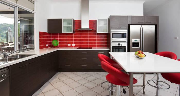 Красный в сочетании с шоколадным цветом - смелое решение для тех. кто любит быть в центре внимания.