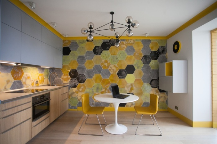 Светлая мебель и яркая стена - прекрасное сочетание в интерьере кухни.