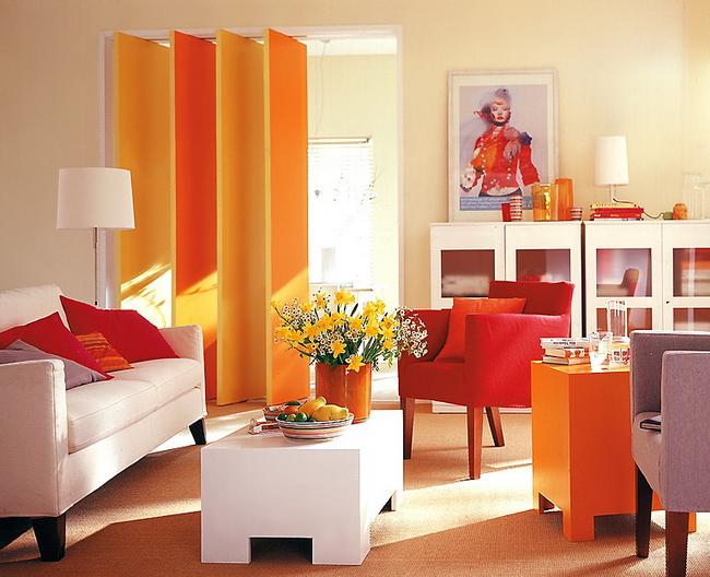 Сочетание красно-оранжевой цветовой гаммы в интерьере гостиной.