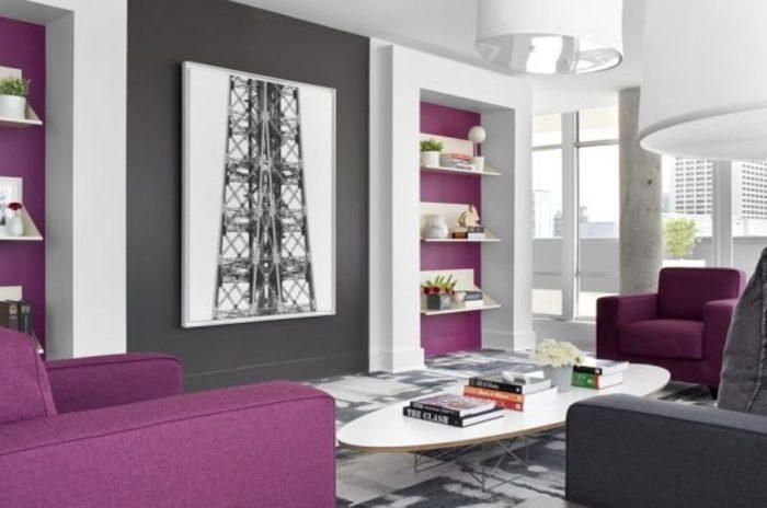 Сочетание серого с фиолетовым в интерьере гостиной.
