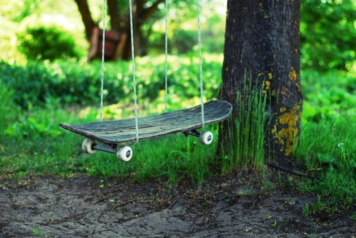 Завалялся старый скейт? Не спешите его выбрасывать. Ведь из него можно сделать замечательные качели.