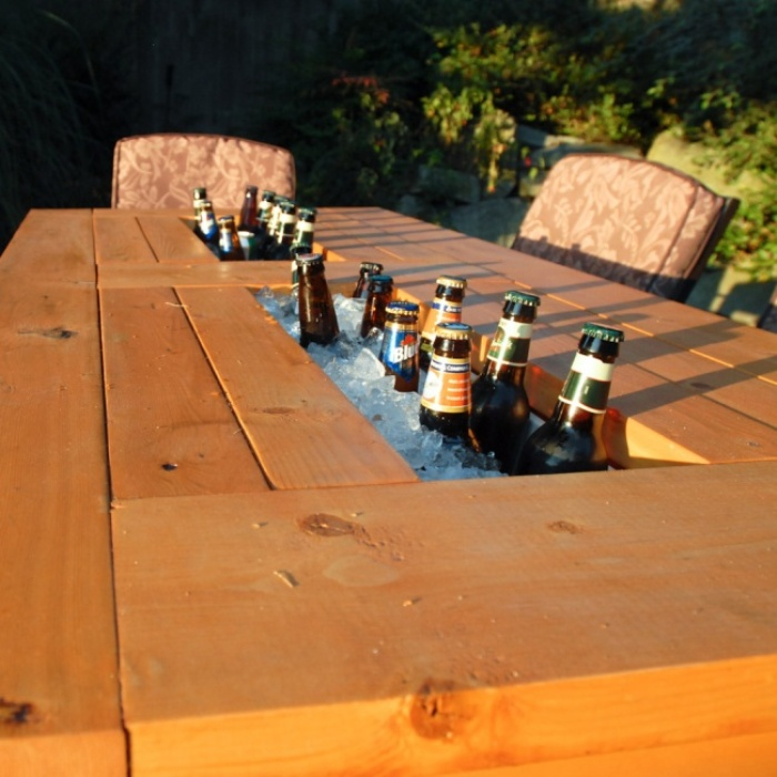 Пивной столик — идеально для дружеских посиделок на даче.