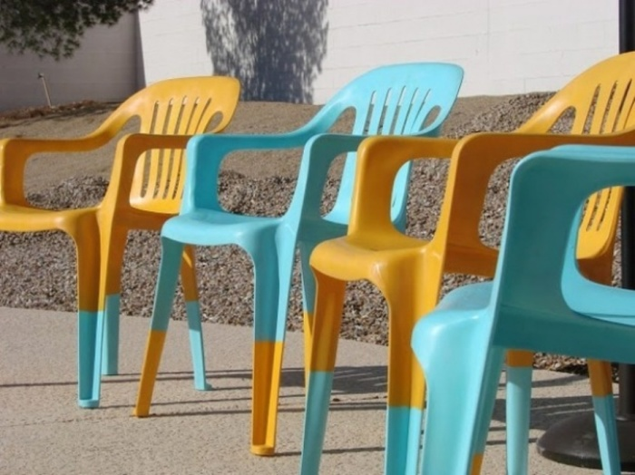 Завалялись старые пластиковые стулья? Отлично! подарите им вторую жизнь при помощи краски.