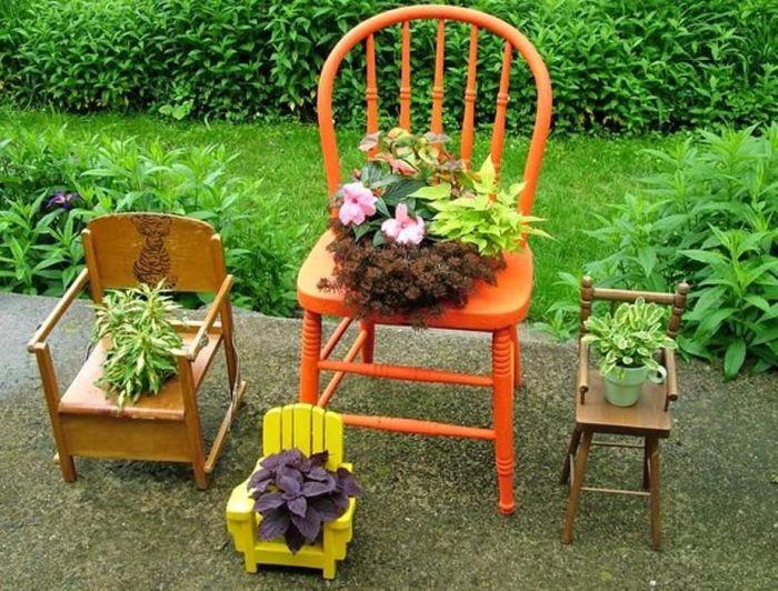 Креативные подставки для цветов из старых стульев.