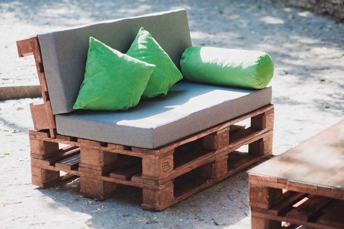 Очень удобный и стильный диван можно сделать из старых паллет и поддона.