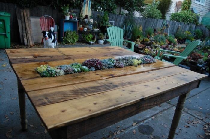 Креативный обеденный столик с клумбой по середине.