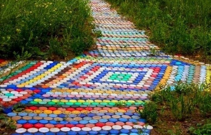 Разноцветные дорожки из пластиковых крышечек.