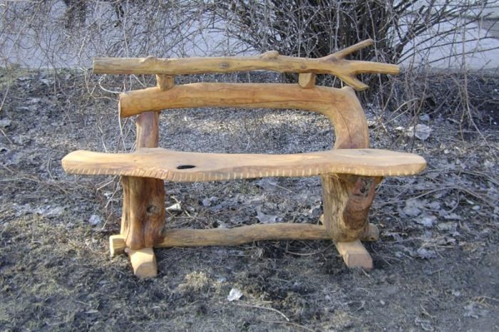 Нашли несколько интересных коряг? Прекрасно. Из них можно соорудить весьма удобную скамейку.