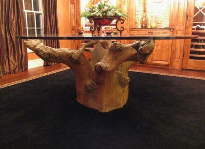 Вот такой вот креативный столик из пня с корягами.