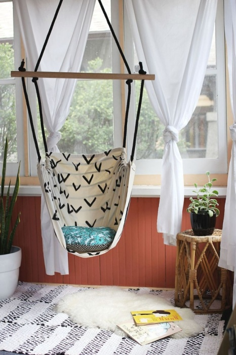 Один из лучших вариантов – закрепить такое кресло за прочную потолочную балку или плиту.