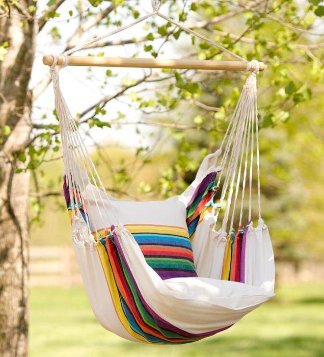 Кресло-подушку для такой качели без труда можно сшить со старого покрывала.