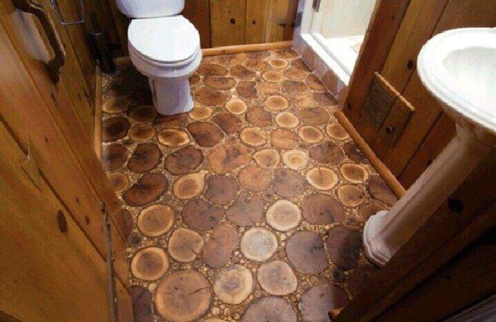 Пол из спилов дерева в ванной комнате. \ Фото: myremdom.ru.