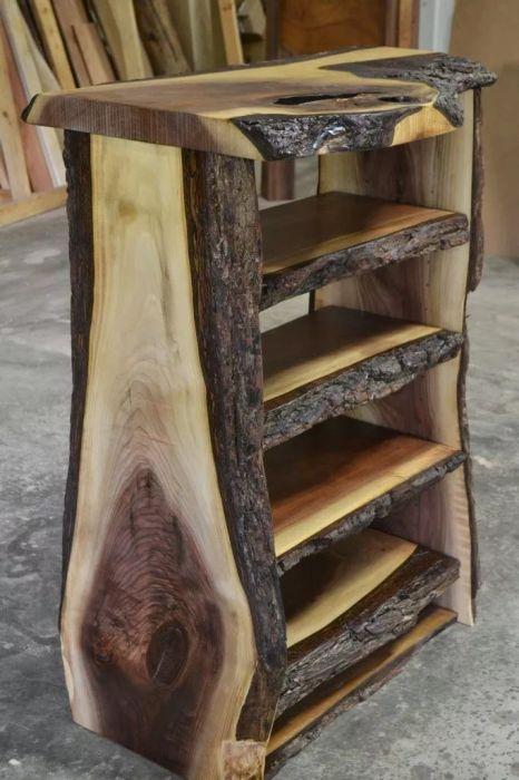 Декоративный шкаф-полка из спилов дерева. \ Фото: pinterest.com.