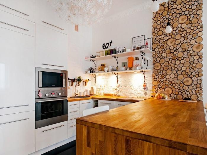 Круглые деревянные спилы в качестве отделки стены на кухне. \ Фото: mossebo.studio.