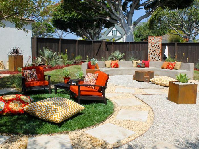 Скопилось множество подушек? Отлично, украсьте ими двор или место для отдыха.
