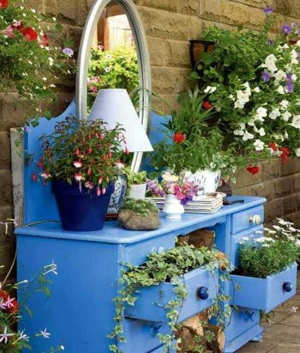 Старое трюмо отлично подойдёт для декора сада или дачного участка.