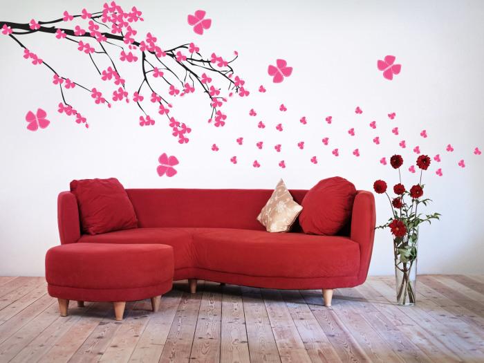 Рисунок на стене, выполненный в нежных тонах идеально подчеркнёт царящую вокруг обстановку.