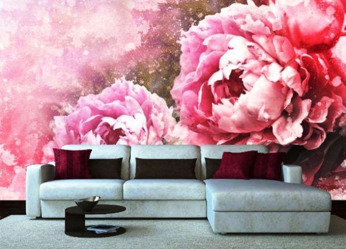 Яркие цветочные мотивы станут прекрасным украшением стен в гостиной.