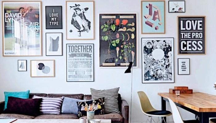 Разные форматы и формы рамок позволяют создать ощущение непринужденности, словно посторы появлялись на стене год за годом, постепенно заполнив всё её пространство.
