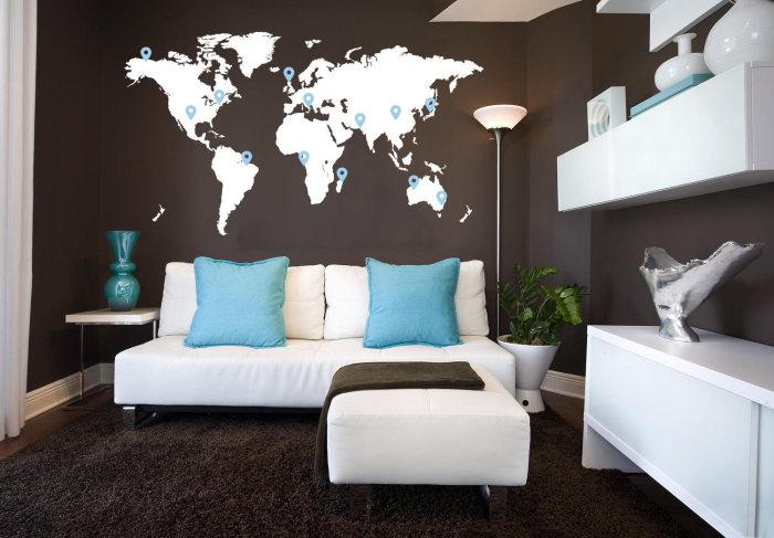 Повесьте карту мира на стене в гостиной. Это придаст интерьеру особую изюминку.