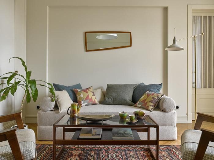 Можно в зале со стороны мебели повесить зеркало. Это визуально увеличит комнату.