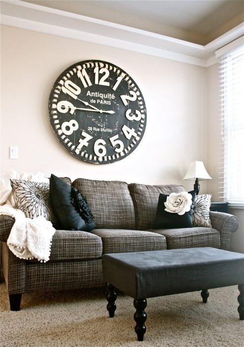 Огромные часы, похожие на уличные или вокзальные, придают гостиной особую трогательность, но в то же время наделяют её энергией движения.