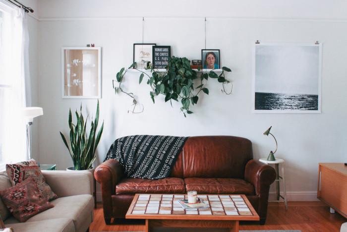Ещё один почти классический вариант — одна-единственная (реже две) полка над диваном, которую вы можете оформить полностью по своему вкусу.