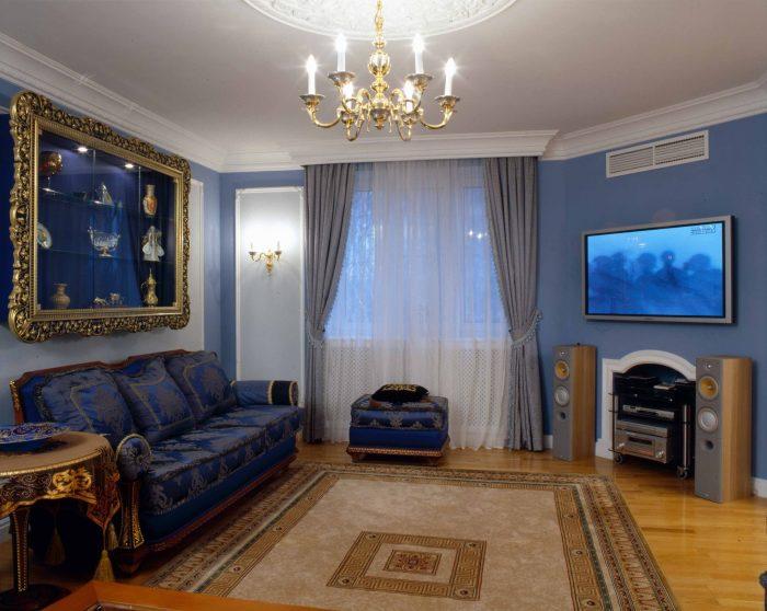 Если Вы любите коллекционировать различные сувениры, то лучшим решением для Вас будут декоративные полочки, расположенные за диваном.