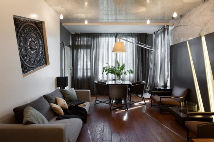 Если в оформление интерьера заложена тема, оригинальный декор над диваном может соответствовать ей.