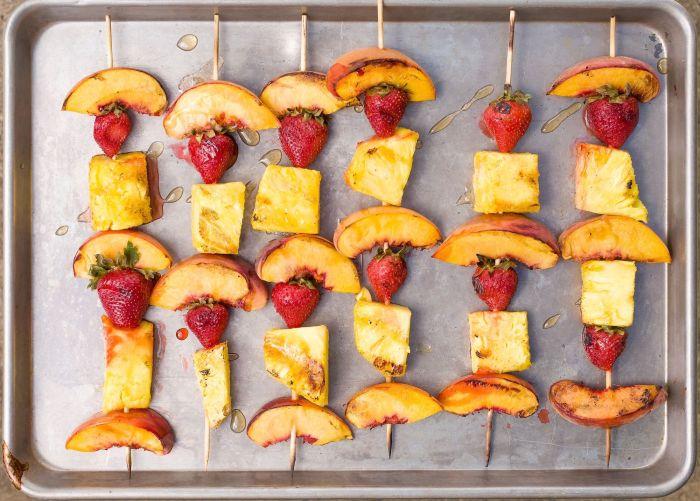 Шашлычок из фруктов. \ Фото: delish.com.