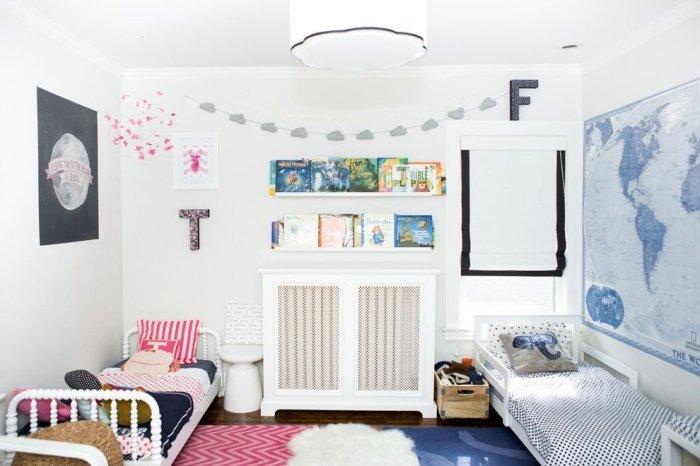 Кровати по обе стороны от стены - прекрасный вариант для детской комнаты с двумя детьми.