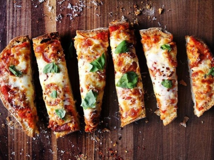 Пицца на батоне. \ Фото: commerage.ru.
