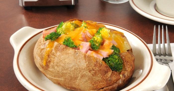 Запечённый фаршированный картофель. \ Фото: anews.com.