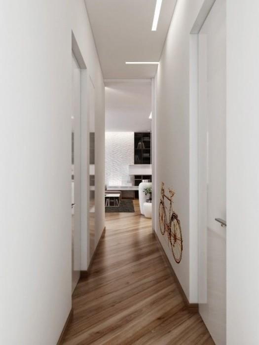 В случае с узкой прихожей нужно визуально расширять комнату путём использования светлых тонов и глянцевой поверхности материалов.