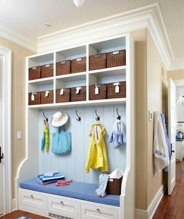 Для маленькой прихожей лучше всего выбирать многофункциональную мебель.