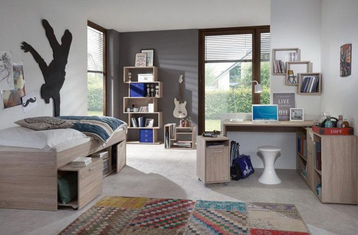 Практичная вместительная кровать с выдвижными ящиками.