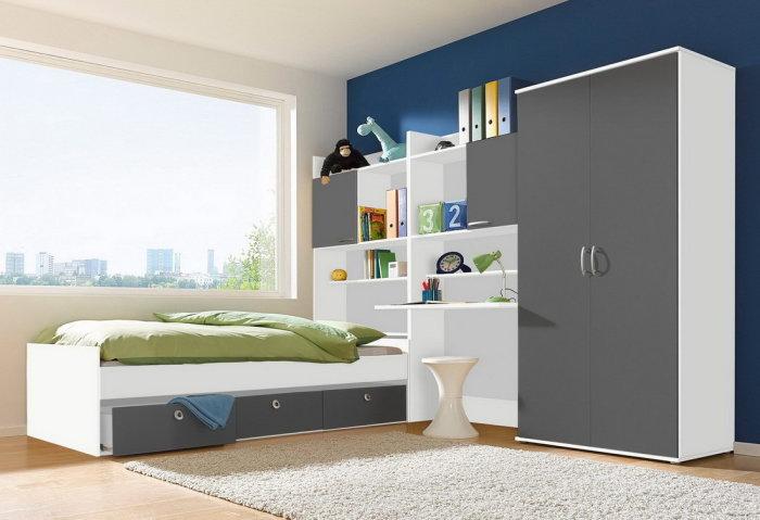 Шкаф-стенка и кровать с выдвижными ящиками.