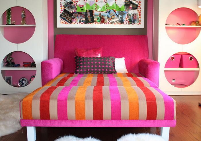 Яркий раскладной диванчик, который идеально впишется в интерьер детской комнаты.