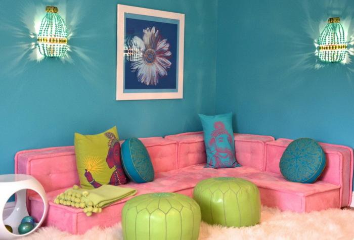 Яркий мягкий диван для девочек.