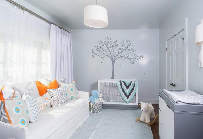 Белый диван средней жёсткости с множеством разноцветных подушек.