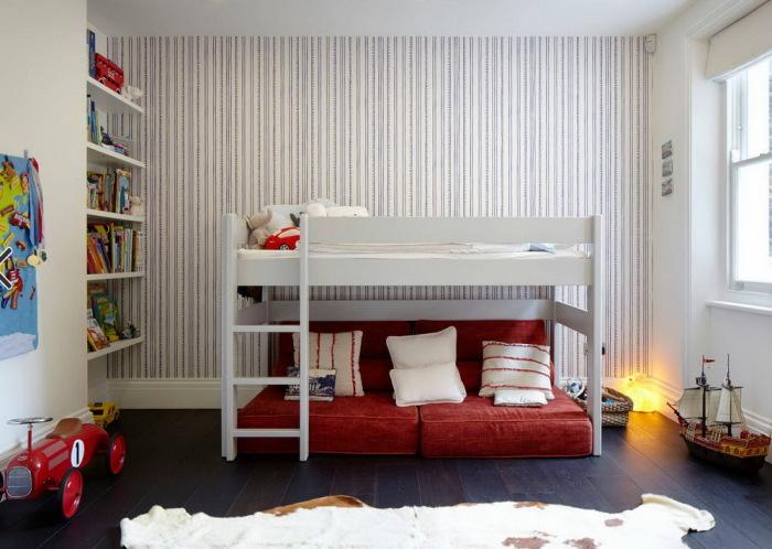 Компактный диван-кровать для детской комнаты.