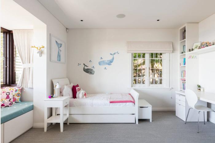 Детская комната, выполненная в светлых тонах.