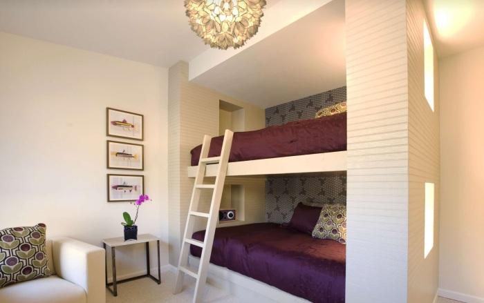 Если в семье двое деток, то лучше всего воспользоваться современной двухъярусной кроватью-шкафом.