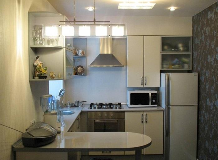 Светлая мебель никогда не будет лишней на маленькой кухне. Она помогает отвлечь глаз от сжатого пространства.